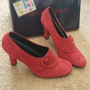 *New* Newport News Dark-Red Piped Button Pumps